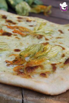 PIZZA IN TEGLIA CON STRACCHINO, PESTO E FIORI DI ZUCCA  http://blog.giallozafferano.it/sognandoincucina/pizza-in-teglia-con-stracchino-pesto-e-fiori-di-zucca/