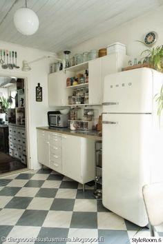 Small kitchen full of lovely ideas (Via Diagnoosi: Sisustusmania) Kitchen Dining, Kitchen Decor, Kitchen Cabinets, Kitchen Appliances, Smeg Kitchen, Kitchen Ideas, 50s Style Kitchens, Home Kitchens, Kitchen Styling