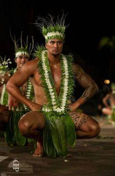 hawaiian back tattoos Polynesian Dance, Polynesian Men, Polynesian Culture, Hawaiian Men, Hawaiian Dancers, Hawaiian People, Hawaii Hula, Aloha Hawaii, Tahitian Costumes