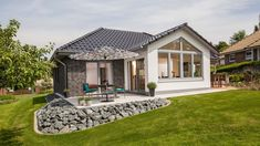 Haus Riedel - Bungalow mit attraktiven Extras. | BAUMEISTER-HAUS® Bungalow Haus Design, Modern Bungalow House, Bungalow Exterior, Tiny House Design, Style At Home, L Shaped House, Affordable House Plans, Modern House Facades, My House Plans
