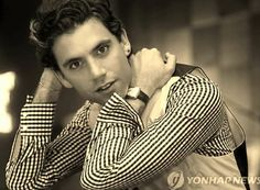 Mika #mika #michaelpenniman #penniman #music Origin Of Love, Stuck In My Head, My Prince Charming, Beautiful Smile, My Favorite Music, Music Artists, Mika Mika, How To Look Better, Handsome