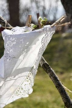 clothes line in Spring Country Charm, Country Life, Country Girls, Country Living, What A Nice Day, Shabby Chic, Laundry Drying, Laundry Art, Linens And Lace