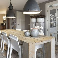 pilaren en lampen boven tafel, kleur op wand?
