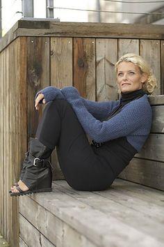 Ravelry: Daisy Sjelevarmer pattern by Linda Marveng. Photo: Kim Müller Model: Kari-Anne Næssø