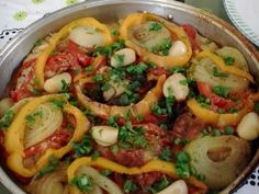 INGREDIENTES   Tempo de preparo 40min Rendimento 7 porções   7 postas de cação 1 pimentão vermelho 1 pimentão amarelo 1 tomate grande 2 c...