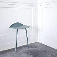 Yeh Wandtisch - pulverbeschichteter Stahl Kollaboration vom dänischen Label Menu und dem taiwanischen Designer Kenyon Yeh - einfach an die Wand lehnen - sehr praktisch