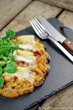 Tartines normandes aux pommes & Camembert - Aud' à la cuisine - Recetas Sandwiches, Veggie Recipes, Cooking Recipes, Healthy Recipes, Tarte Tartin, Tapas, Bruchetta, Cheat Meal, My Best Recipe