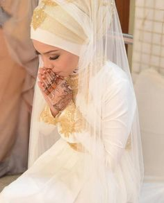 Get the Ideas of 2019 Latest Designs of Muslim Bridal Wedding Dresses in sleeves and hijab. These photos of Islamic wedding dresses for brides are fabulous. Hijab Prom Dress, Muslim Wedding Dresses, Muslim Brides, Bridal Wedding Dresses, Muslim Girls, Prom Dresses, Hijab Bride, Wedding Hijab, Bridal Dresses