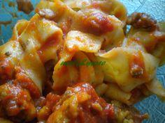 яблоки и больше: тальятелле с розмарином без яиц с томатным соусом и колбасные пирожки