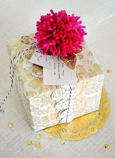 おおきなポンポンをひとつ添えて。 ゴールドの葉っぱのモチーフを飾れば、ポンポンがお花みたいに見えますね。