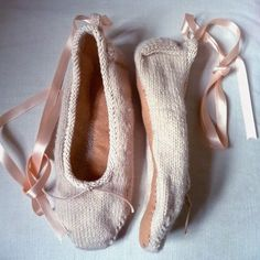 Ravelry: Ballet slippers pattern by Claire Garland Knitted Slippers, Slipper Socks, Bunny Slippers, Knitting Club, Knitting Socks, Knitting Projects, Knitting Patterns, Crochet Patterns, Knit Or Crochet