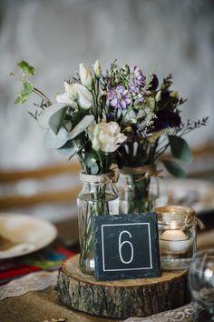 Centerpiece mit Tischnummer auf Holzscheibe || Foto von Serena Genovese Photography | @hochzeitsplaza | #inspiration #ideen #hochzeit #deko #centerpiece