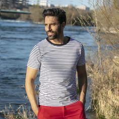 32€ - T-shirt marinière en jersey coton manches courtes.  Iconique, cette marinière est un indispensable du vestiaire pour homme.