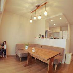 キッチンカウンターに背を沿わせて、リビング空間を広く確保したダイニングスペース。ソファダイニングにはこのような二本脚のテーブルを合わせると、立ち座りがしやすく便利です。