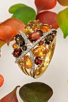Príťažlivé a neprehliadnuteľné koktejlové prstene patria do základnej výbavy modernej a nadčasovej šperkovnice každej ženy, ktorá si uvedomuje silu svojho štýlu. V tomto duchu sme ručne osadili drahokam po drahokame do opojného prsteňa Mochito, ktorý vám silou efektu spojenia jasných a tlmených farieb, úchvatných diamantov a žltého zlata dokáže navodiť pokoj v duši a extatický stav mysle. Statement Rings, Brooch, Jewelry, Jewlery, Jewerly, Brooches, Schmuck, Jewels, Jewelery