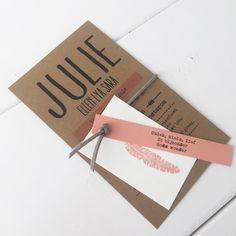 Geboortekaart kraftkarton/suede veter/veer designed by Huis & Grietje #geboortekaart #kraftkarton #labelkaart #geboortelabelkaart