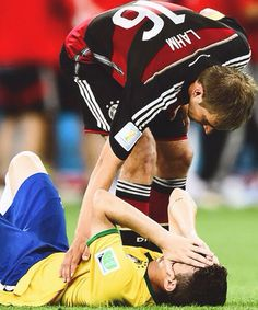 Philip Lahm consoling Oscar after Brazil 7-1 defeat against Germany during the FIFA World Cup. #CFC #FCBayern