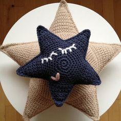 Jeg hæklede stjerner lige op til Virgil blev født… … til uroer, puder og raslelegetøj. I Virgils slyngevugge hænger den mindste sammen med skyen, som jeg viste billeder af HER! V har al…
