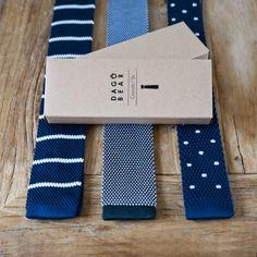 Ces cravates en tricot de soie, à bout carré, accompagneront les tenues classiques ou plus décontractées, et ont le grand avantage de ne jamais se froisser (même après avoir été fourrées dans une poche ou un sac). Elles sont livrées dans une boîte en kraft. // 3 coloris disponibles