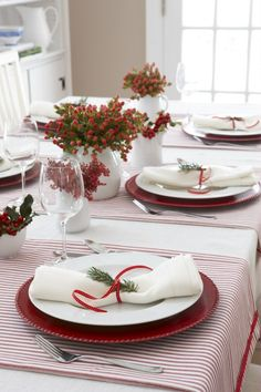 Christmas Dining Table, Christmas Table Settings, Christmas Tablescapes, Holiday Tables, Thanksgiving Table, Silver Christmas Decorations, Christmas Centerpieces, Christmas Dinner Ideas Decoration, Christmas Candles