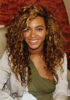 A long curly haircut (Beyonce) Curly Hair Cuts, Curly Hair Styles, Natural Hair Styles, Natural Beauty, Curly Hair Side Part, Wild Curly Hair, Curly Bangs, Au Natural, Curly Girl