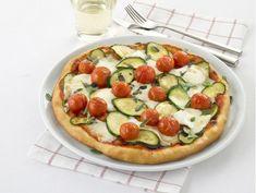 Pizza con bufala, pomodirini e zucchine profumata con maggiorana Vegetable Pizza, Vegetables, Life, Food, Salads, Essen, Vegetable Recipes, Meals, Yemek