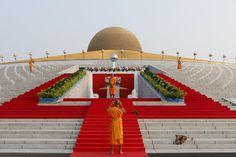 Monaci buddisti si fanno delle foto davanti al tempio Wat Phra Dhammakaya, a nord di Bangkok, in Thailandia. Nel tempio oggi si svolge la festa di Magha Puja, in cui si ricordano gli insegnamenti di Buddha. La ricorrenza cade nella prima notte di luna piena del terzo mese lunare ed è una delle feste più importanti per i buddisti. - Jorge Silva, Reuters/Contrasto