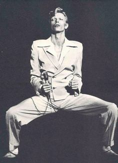vintage everyday: 55 Rare Photographs of David Bowie You May Not Have Seen Before David Bowie Diamond Dogs, David Bowie Born, The Wicked The Divine, Ziggy Played Guitar, Surf, Bowie Starman, Aladdin Sane, The Thin White Duke, Major Tom