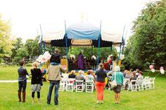 Als je elkaar ontmoet tijdens de Woerdense vakantieweek dan wil je natuurlijk in het park in de muziektent trouwen