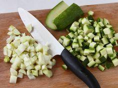 INSALATA TIEPIDA DI POLLO, CEREALI E MANDORLE 2/5 - Nel frattempo tagliate a cubetti la zucchina il finocchio ed i pomodori. In una pentola con acqua salata portata a ebollizione fate scottare i dadini di zucchina per 1 minuto quindi scolateli, aggiungete i cereali e fateli cuocere per 20 minuti o finché risulteranno morbidi. #fileni #pollo #ricette #cucina #cooking #recipes