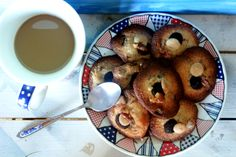 Chocolate-chip-cookies and fresh coffee for a delicious breakfast.