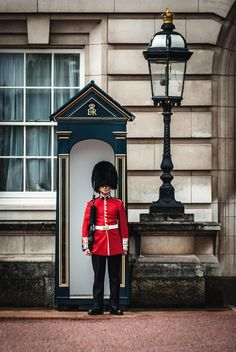 Taking a tour of Buckingham Palace is every royal fan's dream. These 5 tips will help you get the most out of your Buckingham Palace tour & enjoy your day! Big Ben, Buckingham Palace London, Camden, Die Queen, Uk Visa, London Instagram, Royal Guard, The Beast, Buckingham Palace
