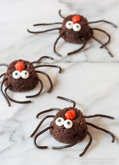 Creepy Crawlies can give us the eeby-jeebies, but these sweet 'crawly' spider brownie bites are just too adorable to not include w/ your Halloween party desserts!