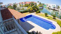 Lujosa y amplia casa en Isla alegre, dentro de Isla Dorada en la Zona Hotelera de Cancún. #CostaRealty Jardin con alberca.