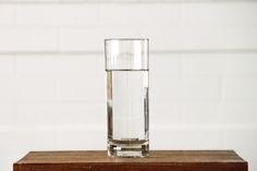 Snadný a zdravý způsob, jak zhubnout 5 kg za 10 dní  glass-clean-water-table