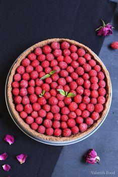 TARTĂ DE CIOCOLATĂ CU ZMEURĂ | Rețetă + Video - Valerie's Food Romanian Food, Strawberry, Health Fitness, Food And Drink, Cookies, Desserts, Recipes, Cupcakes, Home