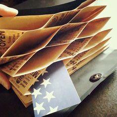 包装紙と封筒で見やすい蛇腹のカードケースを作りました(*ˊᵕˋ*)紙モノなので、糊や両面テープで楽々接着簡単に作れます( *´艸`) 紙好き♪蛇腹カードケースの作り方(★RASTA BABY★tomoko)