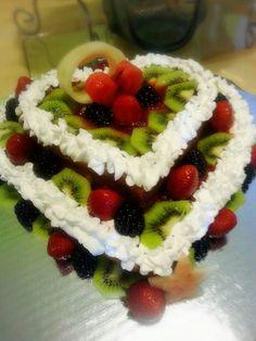 Pastel frutal corazones