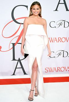 Chrissy Teigen was white-hot in a snow-hued dress, accented by a ruffled bib at the bodice. Drop earrings, an envelope clutch, and Stuart Weitzman sandals completed the ensemble.