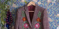 DIY customisation: tutoriel pour broder des fleurs sur un blazer en tweed Blazer En Tweed, Marie Claire, Diy Broderie, Diy Mode, Textiles, Couture, Pattern, Ponchos, Jackets