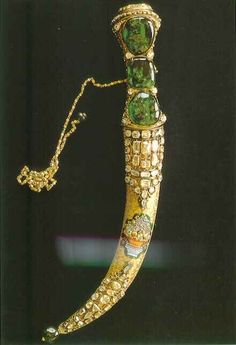 The famous Topkapi dagger, encrusted with 5 Columbian emeralds and 53 diamonds. Royal Jewels, Crown Jewels, Istanbul, Pretty Knives, Columbian Emeralds, Turkish Art, Swords And Daggers, Fantasy Weapons, Ottoman Empire