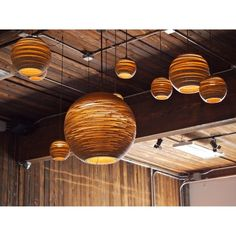 Moon taklampe fra Graypants. En vakker lampe produsert i resirkulert bølgepapp som er behandlet med ...