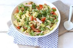 pasta salad including arugula, pesto and cucumber Pesto Pasta, Pasta Lunch, A Food, Food And Drink, Proper Tasty, Quiche, Salad Recipes, Healthy Recipes, Feel Good Food