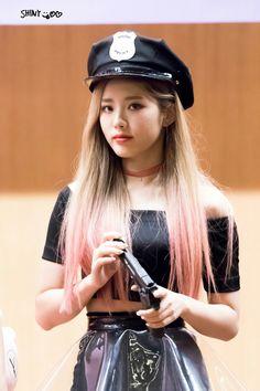 Jiwon fromis_9 #kpop South Korean Girls, Korean Girl Groups, Lee Seo Yeon, Cute Girls, Cool Girl, Korean Airport Fashion, Pledis Entertainment, Airport Style, Pop Group