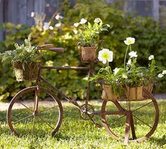 #Recicla ¿Te gustan las decoraciones temáticas?  Si contamos con un jardín o terraza grande, siempre podemos adquirir algún modelo antiguo de bicicleta y reconvertirlo en un estupendo macetero. Nuestras flores y plantas tendrán otro aspecto al estar plantadas directamente en estas bicicletas dando un toque bastante vintage.