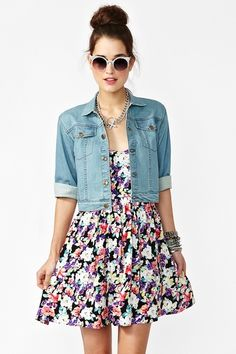 cropped denim jacket i have one but it doesnt look like this . Floral Fashion, Look Fashion, Fashion Outfits, Fashion Scarves, Fashion Ideas, Spring Summer Fashion, Spring Outfits, Estilo Floral, Cute Dresses