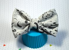 White Paisley Hair Bow, Big Hairbow, Large Hair Bow, Black and White Hair Bow, Hair bows for women, Big Hair Bow, Hair bow for teens, hair bow clip, Girls Hair bow, Large Hair Bow, Chic Bow, Chic Hair Bow, Shabby Chic hair bow, Fabric Hair Bow, Alligator Clip Bow, Baby Bow, Baby Hair Accessories, Adult Hair Bow, Adult Hair, Bows for Teens, Fashion Forward, Trendy Hair Bows, Fun Hair Bow, Hair Bow for Parties, Girly Hair Bow    The fabric is a textured white and grey or gray fabric in a…