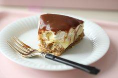 Mandelkake med Vaniljekrem-Pære- krem-Daim fudge - Passion For baking Caramel Pears, Caramel Fudge, Cake Recipes, Dessert Recipes, Cream And Fudge, Pear Cake, Vanilla Custard, Pudding Desserts, Almond Cakes