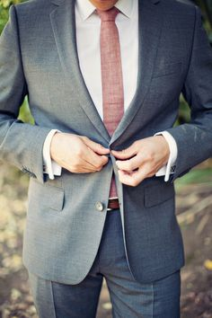 We love this groom's linen tie I A Good Affair Wedding and Event Production I #groomstyle #groom