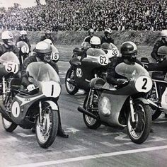 Mike Haolwood & Giacomo Agostini on the grid at Mallory Park. Old School Motorcycles, Racing Motorcycles, Motorcycle Types, Cafe Racer Motorcycle, Classic Motorcycle, Cafe Racing, Road Racing, Valentino Rossi, Vintage Bikes